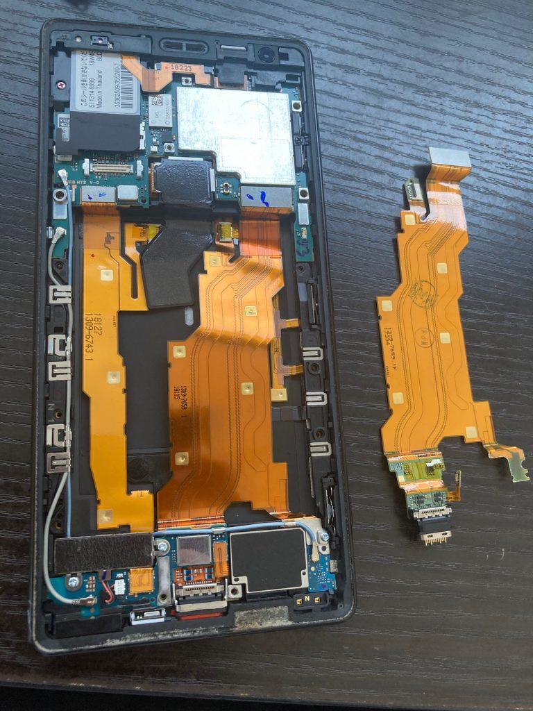 Xperia XZ2 充電コネクタ修理 ドッグコネクタ修理 新宿