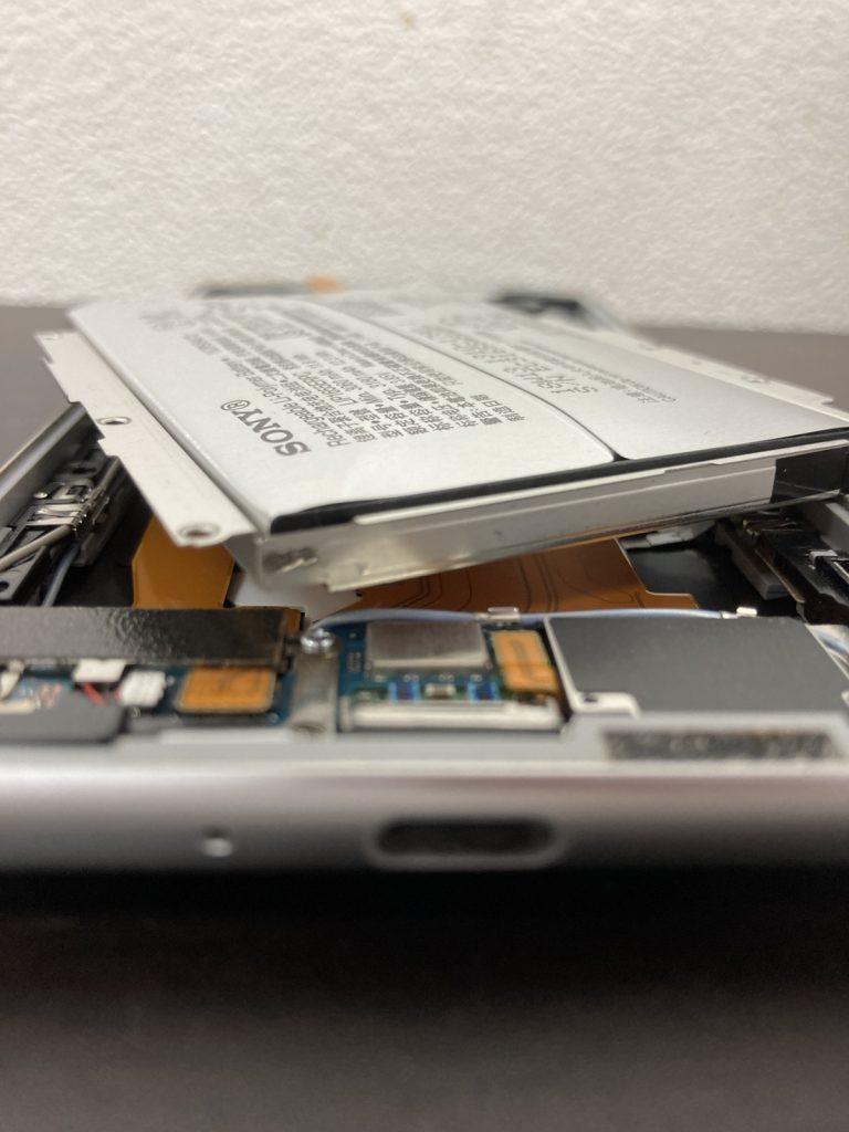 Xperia XZ2 バッテリー膨張 バッテリー交換 修理 新宿